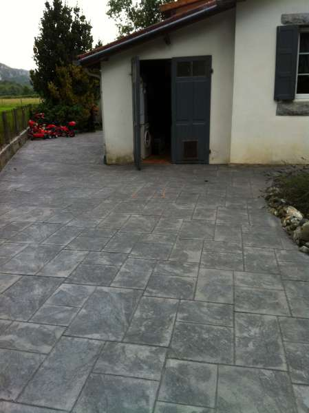 B ton empreinte dalle r guli re terrasse nay 64 for Beton cire terrasse
